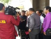 Elemen masyarakat Bali datangi Polda Bali guna menanyakan kejelasan kasus dugaan penghinaan Munarman FPI kepada Pecalang di Bali, Senin, 15 Mei 2017 - foto: Istimewa