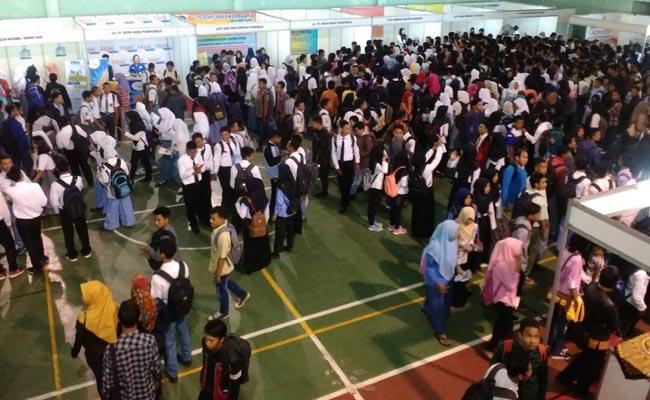 Suasana Job Fair 2017 yang diselenggarakan Dinperinaker Kabupaten Purworejo di aula SMK N 1 Purworejo, selama dua hari, dari hari Selasa (9/5) hingga Rabu (10/5) - foto: Sujono/Koranjuri.com