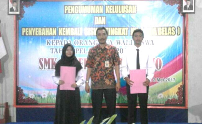 Budiyono, SPd, MPd, Kepala SMK N 1 Purworejo, bersama Novaris Valentino (peringkat 1 UNBK tingkat SMK N 1 Purworejo), dan Erliana Rosita (peringkat 1 USBN/US tingkat SMK N 1 Purworejo) - foto: Sujono/Koranjuri.com