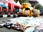 Ribuan botol miras hasil operasi pekat Polres Purworejo dimusnahkan menggunakan alat berat - foto: Sujono/Koranjuri.com