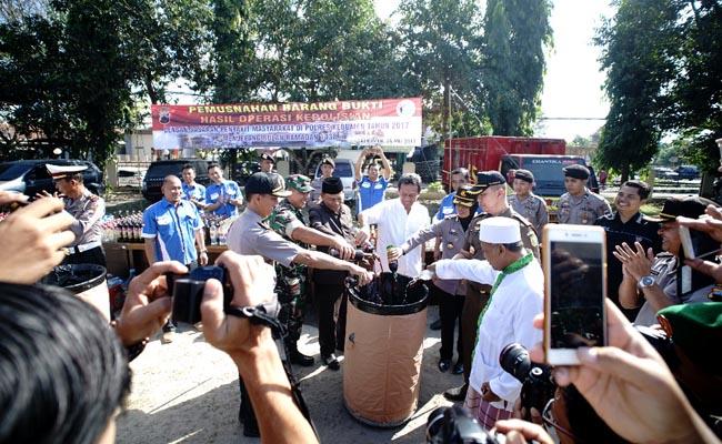 Pemusnahan miras hasil operasi pekat di Mapolres Kebumen - foto: Sujono/Koranjuri.com