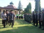 Kapolres Kebumen. AKBP Titi Hastuti, SSos, saat memeriksa pasukan, dalam gelar pasukan Operasi Patuh 2017 di Mapolres Kebumen, Selasa (9/5) - foto: Sujono/Koranjuri.com