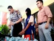 Kapolres Purworejo, AKBP Satrio Wibowo, menunjukkan barang bukti dan tersangka AF, dalam press rilisnya, Rabu (7/6) di Mapolres Purworejo - foto: Sujono/Koranjuri.com