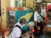 Tim pengawas makanan dan minuman Kabupaten Purworejo temukan minuman kadaluwarsa, dalam operasi Rabu (7/6) - foto: Sujono/Koranjuri.com