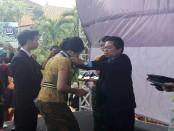 Alumni Ke-54 SMA Negeri 1 Denpasar menerima Ijasah kelulusan pada acara Graduasi. Tahun ini, siswa SMANSA Denpasar kembali meraih nilai tertinggi UN 2016/2017 - foto: Wahyu Siswadi/Koranjuri.com