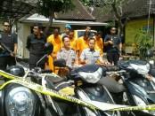 Polisi Sektor Denpasar Barat mengamankan sejumlah barang bukti sepeda motor termasuk dengan 4 tersangka - foto: Suyanto