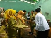 Pemasangan tanda pengenal pada 2 perwakilan peserta, menandai dibukanya Bimbingan Teknis Implementasi Kurikulum 2013 SMK Bagi Guru Sasaran, di SMK N 1 Purworejo - foto: Sujono/Koranjuri.com