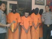 8 orang pelajar yang menjadi tersangka kasus penganiayaan berat terhadap 2 orang. Mereka dicokok polisi setelah menusuk 2 orang di Jalan Pulau Buton dan Jalan Kebo Iwa, Denpasar - foto: Suyanto