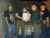 SH (24) sopir truk yang mengangkut miras ilegal jenis Arak Bali diamankan Polsek Gilimanuk, Sabtu (3/05/2017) dini hari - foto: Istimewa