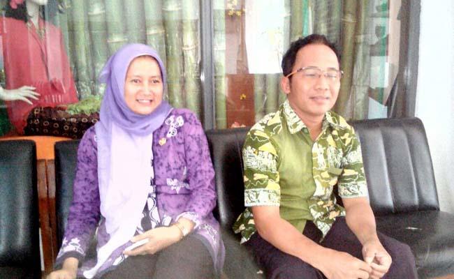 Ketua panitia PPDB SMK N 3 Purworejo, Titi Yuli Istiqomah, didampingi Agus Suwandono, bagian informasi dan publikasi PPDB SMK N 3 Purworejo