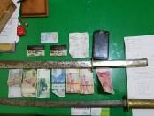 Sejumlah barang bukti yang diamankan pada penangkapan 2 preman yang mengutip liar uang keamanan di wilayah Dalung Permai - foto: Istimewa
