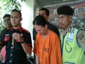 Ni Made Rai Agustini (35), IRT yang melakukan pencurian di warung milik Ni Nyoman Carniki (42). Korban kehilangan barang berharga dan uang tunai Rp 6.713.000 - foto: Suyanto