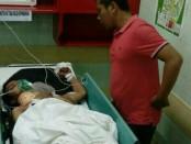 Korban Susilo mendapat perawatan setelah 'bertempur' dengan 2 Waria yang dikencaninya. Ia ditemukan tergeletak tak sadarkan diri dengan tubuh telanjang di semak-semak yang berada di jalan Pura Banyune Denpasar - foto: Istimewa
