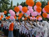 Pelepasan balon harapan ke udara, menandai dimulainya kegiatan PLSSB di SMK Kesehatan Purworejo - foto: Sujono/Koranjuri.com