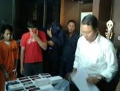 Satu pelaku, satu penadah dan penjual di lapak situs jual beli online yang diamankan Tim Jatanras Polda Bali dalam kasus penjambretan di Kuta - foto: Suyanto