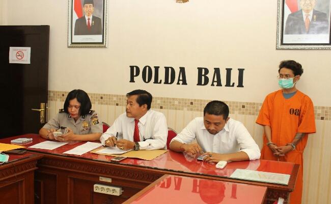 DIS (39) alias Donald Bali yang selama beberapa bulan terakhir membuat geger jagat maya akhirnya berhasil diamankan Direktorat Reserse Kriminal Khusus Polda Bali, Rabu, 26 Juli 2017 - foto: Istimewa