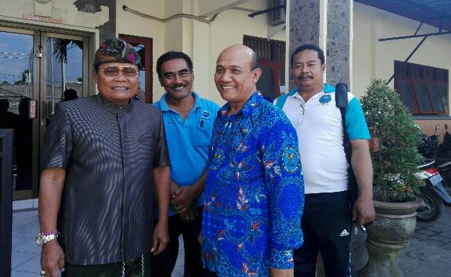 Kepala SMK PGRI 3 Denpasar, I Nengah Madiadnyana bersama kepala desa Sumerta Kelod dan Tim penyuluh BNN Kota Denpasar, AKBP I Wayan Gede Suwahyu - foto: Koranjuri.com