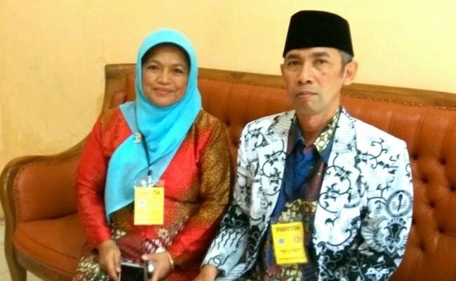 Ketua panitia, Dra Budi Astuti Sumaryati, MPd, didampingi Damana, MPd, sekretaris PGRI Kabupaten Purworejo - foto: Koranjuri.com