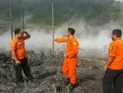 Petugas dari BPBD Kabupaten Banjarnegara, PVMBG, TNI, Polri, SKPD, relawan dan lainnya di lokasi kejadian - foto: Istimewa