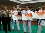 Agung (no 2 dari kanan), atlet karate dari Polres Purworejo, meraih juara 2 dalam kejuaraan karate Inkanas memperebutkan piala Kapolda Jateng - foto: Sujono/Koranjuri.com