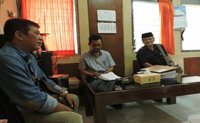 Ketua LSM Kamp Baja,  Basuki Rahmat SH, MH dan Bambang Yoso, Koordinator Pjs LPRI Jawa Tengah, saat melaporkan kasus penemuan arsip negara di pengepul rongsok - foto: Sujono/Koranjuri.com
