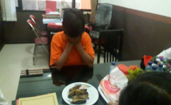 M yang merupakan ibu kandung baby J, bayi yang dianiaya resmi ditahan di Polda Bali - foto: Suyanto
