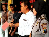 Setelah setahun buron, Fajar Sodiq, pelaku penganiayaan ini berhasil ditangkap polisi dengan barang bukti sebilah sabit, dan kini ditahan di Mapolres Purworejo - foto:Sujono/Koranjuri.com