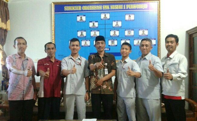 Team dari PT Toyota Motor Manufacturing Indonesia bersama Kepala SMK N 1 Purworejo, Budiyono, SPd, MPd - foto: Sujono/Koranjuri.com