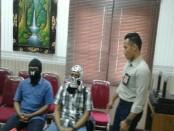 Dua oknum PNS Kantor Kementerian Perhubungan Dirjen Perhubungan Laut KSOP Benoa dan Tanjung Wangi, Banyuwangi ditetapkan tersangka dalam kasus penerbitan dokumen palsu Kapal Dream Bali - foto: Suyanto