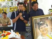 I Ketut Sudikerta mendapatkan cenderamata berupa lukisan figur dirinya dari seorang relawan. Lukisan itu sekaligus menjadi hadiah Ulang Tahun Ke-50 - foto: Koranjuri.com