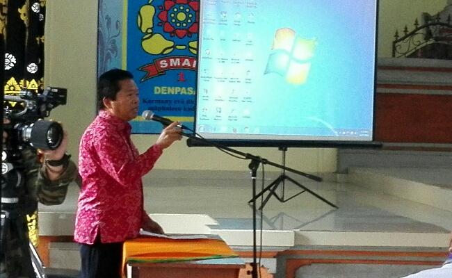 Kepala SMA Negeri 1 Denpasar memberikan sambutan kepada perwakilan siswa dari 52 negara dalam acara World School Debate Championship (WSDC) 2017 - foto: Wahyu Siswadi/Koranjuri.com