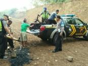 Kondisi motor yang dibakar massa, saat dievakuasi petugas dari Polsek Kutowinangun - foto: Sujono/Koranjuri.com
