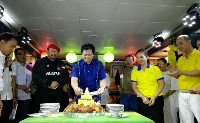 Acara konsolidasi pemenangan I Ketut Sudikerta sebagai calon Gubernur Bali periode 2018-2023 dirangkai dengan pemotongan tumpeng dalam peringatan HUT Ke-72 RI - foto: Wahyu Siswadi/Koranjuri.com