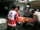 Korban bunuh diri, saat dievakuasi petugas - Sujono/Koranjuri.com