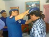 Pemberian baret sebagai simbol telah mendaftarkan diri di Demokrat - foto: Isak Doris Faot/Koranjuri.com