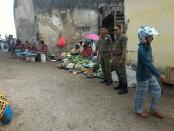Karena renovasi Pasar Metina, di Kota Ba'a, Rote Ndao, pedagang pun bergeser membuka lapaknya di kawasan verboden di Pabean, Ba'a - foto: Isak Doris Faot/Koranjuri.com