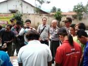 Kapolsek Purworejo, AKP Bambang Sulistiyo, saat menunjukkan ke 9 penjudi yang digrebeg polisi, di hadapan wartawan, Senin (14/8) - foto: Sujono/Koranjuri.com