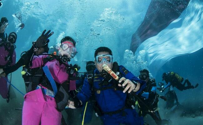 Penyelam tetap mengenakan  kostum Bhayangkari dan Brimob ketika membentangkan Merah Putih di dasar perairan Crystal Bay, Nusa Penida - foto: Istimewa
