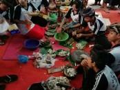 Lomba budaya membuat kuliner Lawar yang diikuti siswa-siswi SMP PGRI 2 Denpasar. Kegiatan itu menjadi program unggulan sehari menjelang Hari Raya Saraswati - foto: Koranjuri.com