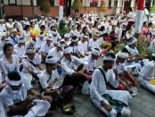 Siswa di SMK PGRI 3 Denpasar memperingati Hari turunnya Ilmu Pengetahuan atau Hari Saraswati di halaman sekolah - foto: Wahyu Siswadi/Koranjuri.com