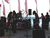 Musisi yang meramaikan konser amal yang digagas Wake Resto & Dolphin di Pantai Keramas, Gianyar - foto: Koranjuri.com