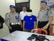 Akbar Iskandar Sihombing (31) alias AIS diamankan setelah kedapatan mencuri 4 ponsel milik kru kapal KM Nelayan Jaya di Pelabuhan Benoa, Senin, 21 Agustus 2017 dini hari - foto: Koranjuri.com