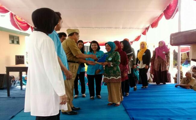 Penyerahan penghargaan berbagai lomba dalam rangka Harganas ke 24 tingkat Kabupaten Purworejo oleh Drs Muh Wuryanto, MM - foto: Sujono/Koranjuri.com
