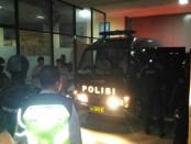 Mobil tahanan yang membawa napi dari LP Kerobokan diberangkatkan menuju LP Nusakambangan, Cilacap, Jawa Tengah - foto: Istimewa