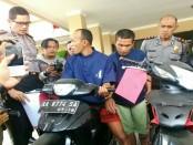 Dua dari empat tersangka yang berhasil diamankan polisi selama Operasi Jaran Candi 2017, saat mempraktekkan cara mencuri sepeda motor, dihadapan Kapolres Purworejo, AKBP Satrio Wibowo - foto: Sujono/Koranjuri.com