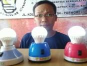 Subiyanto, salah satu anggota Tim Hegi Tekno, dengan kreasi lampu emergency pengganti lilin, Si Hegi - foto: Sujono/Koranjuri.com