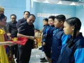 Penyematan tanda peserta kegiatan Taman Nusantara oleh Asisten Administrasi Pemerintahan dan Kesejahteraan Rakyat Kabupaten Gianyar/Koranjuri.com