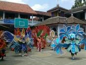 Para peserta kompetisi Costum Carnival SMK Batik Perbaik Purworejo tengah unjuk kebolehan di depan para juri, Rabu (23/8) - foto: Sujono/Koranjuri.com