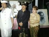 Wakil Gubernur Bali, I Ketut Sudikerta (kiri) bersama tokoh Persatuan Hindu Muslim Bali (PHMB) dari Puri Gerenceng, Anak Agung Ngurah Agung bersama istri - foto: Koranjuri.com