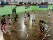 Laga semifinal antara tim basket putri kabupaten Badung kontra Denpasar yang akhirnya dimenangkan oleh tim Badung, Senin (4/9/2017) - foto: Koranjuri.com